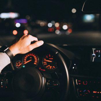 Saiba qual o modelo de óculos perfeito para dirigir à noite