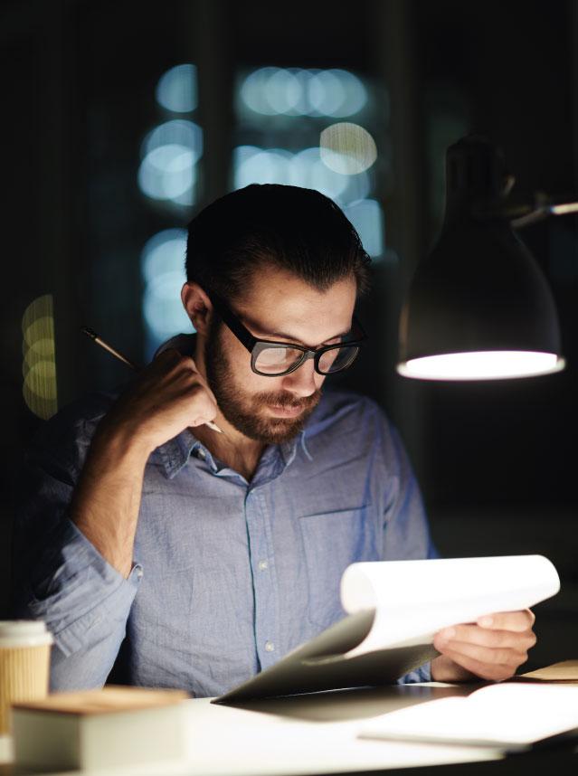 Ler no escuro e em movimento prejudica a visão?