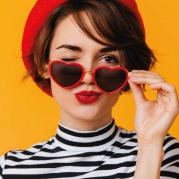 Armações de óculos coloridas: como combinar de maneira correta com seu look